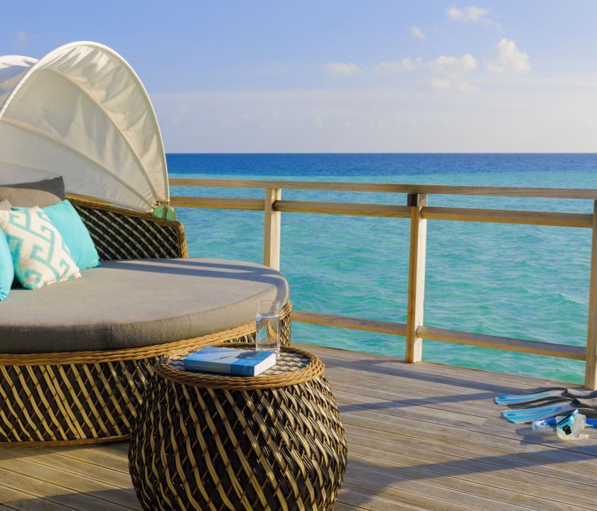 Velassaru Maldives / Water Villa - pihenés a teraszon (Maldív-szigeteki utazások)