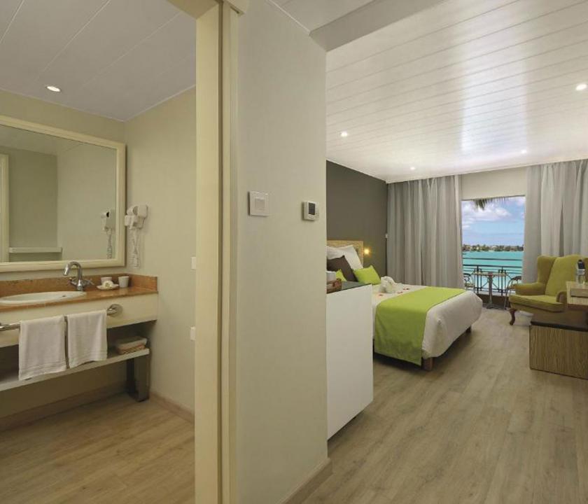 Mauricia Beachcomber Resort & Spa / Standard Beachfront room - háló - és fürdőszoba (Mauritiusi utazások)