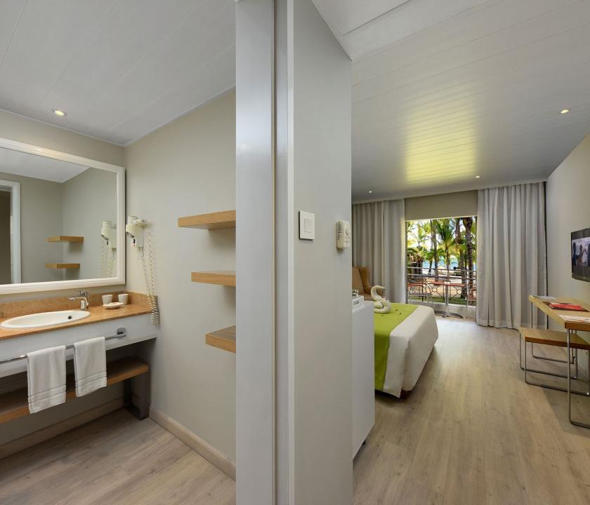 Mauricia Beachcomber Resort & Spa / Standard room - háló - és fürdőszoba (Mauritiusi utazások)