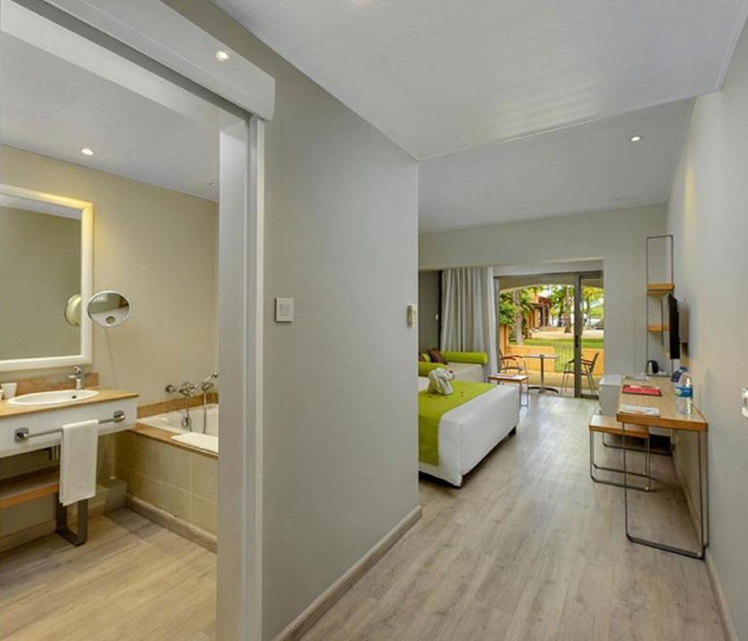 Mauricia Beachcomber Resort & Spa / Superior room - háló - és fürdőszoba (Mauritiusi utazások)