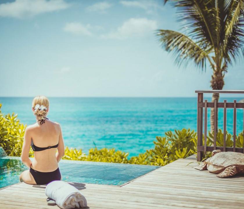 Carana Beach Hotel / Ocean view Pool Chalet - terasz medencével és kilátással (Seychelle szigeteki utazások)