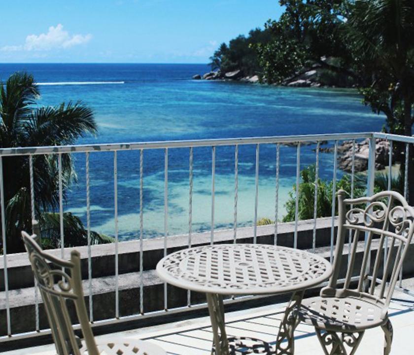 Crown Beach / Junior Suite Seaview - kilátás a teraszról (Seychelle szigeteki utazások)