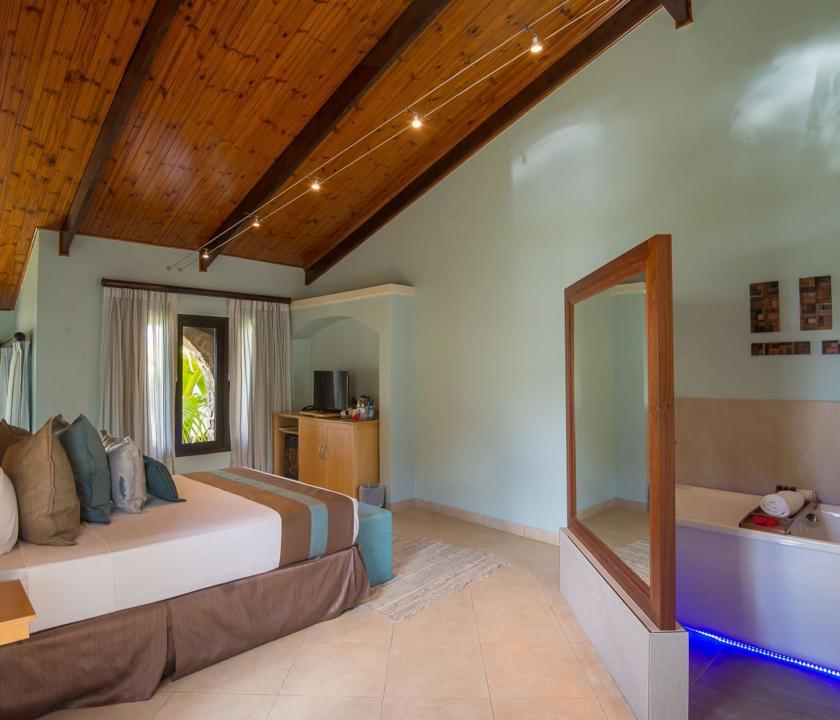 Coco de Mer Hotel & Black Parrot Suites / Standard room - hálószoba (Seychelle szigeteki utazások)