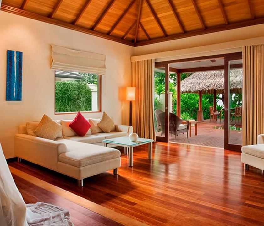 Hilton Seychelles Labriz Resort & Spa / Deluxe Beachfront Pool Villa - nappali (Seychelle szigeteki utazások)