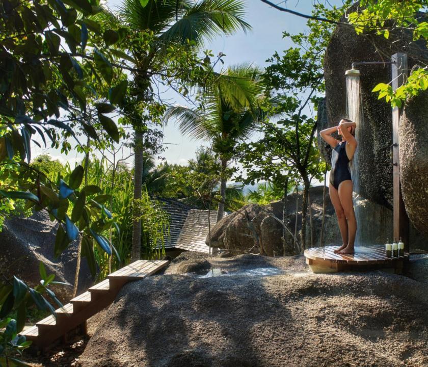 Six Senses Zil Pasyon Hotel / Pasyon pool villa - szabadtéri zuhany (Seychelle szigeteki utazások)